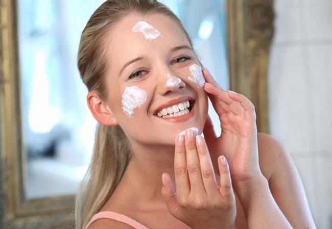 Nemlendirici ürünleri düzenli uygulamamak  Yaz mevsiminin neden olduğu hasarların onarımı için sonbaharda cildinize kaybettiği nemi kazandırmanız çok önemli. Ürünlerin içeriğindeki hyaluronik asit, A,C,E vitaminleri, aloe vera veya shea yağı içermesine dikkat edin. Bunlar cildi canlandırıyor ve sağlıklı görünümüne tekrar kavuşmasına katkı sağlıyor. Ayrıca nem takviyesi yapan yoğun nem maskelerini de haftada birkaç kez uygulayabilirsiniz.