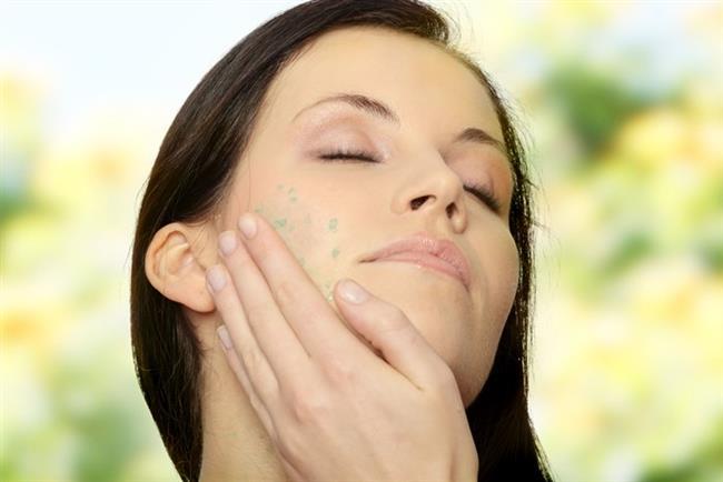 """3.  BU UYGULAMALARDAN FAYDALANIN  Peeling  Güneş ışınları cilt yaşlanmasının en önemli sebeplerinden biri. Cildinizde kırışıklık, leke, akne izleri veya mat cilt görünümü oluşmuşsa deriye kimyasal solüsyon sürülerek üst tabakanın soyulması ve derinin kendini yenilemesi işlemi olan """"peeling"""" uygulaması yaptırabilirsiniz. Meyve asitli peeling ve enzim peeling  tarzındaki uygulamalarda yoğun soyulma olmaz ve günlük yaşamınıza devam edebilirsiniz."""