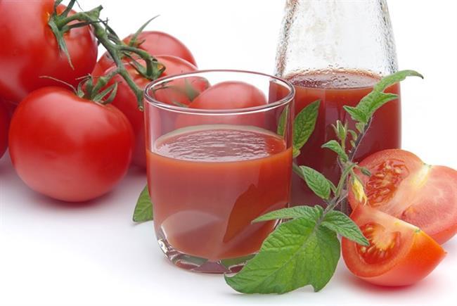 Domates suyu  Taze domates suyu içerdiği likopen sayesinde zararlı ultraviyole ışınlarının yol açtığı ciltte lekeler ile kuruluk gibi hasarların onarımına yardımcı oluyor ve mat cildi canlandırıyor. Domates suyunu haftada 3 kez bir bardak tüketmeniz yeterli olacaktır.