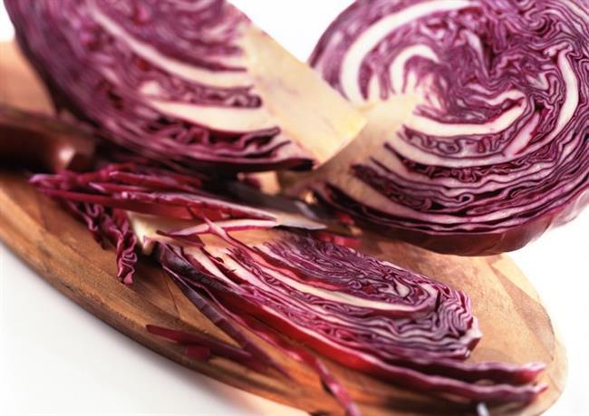 Kırmızı lahana  İçerdiği antosiyanin ile kırışıklara  karşı etkili oluyor ve lekeleri azaltıyor. Kırmızı lahana ayrıca C vitamininden de zengin. Bu vitamin sayesinde ciltteki zararlı yıkım ürünleri daha kolay uzaklaştırılıyor. Ayrıca antioksidan özelliği ile de kırışıklıklar ve cilt lekeleri azalıyor. Kırmızı lahanayı haftada 3-4 kez salatanıza ekleyebilirsiniz.