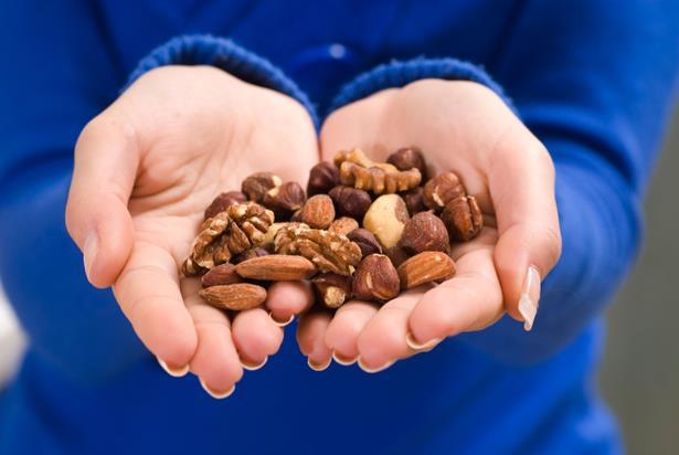 Ayrıca bilinenin aksine Karatay diyeti kuruyemişlerin faydalı olduğunu ileri sürer. Karataya göre ceviz, fındık, fıstık, bademi hiç çekinmeden tüketebilirsiniz.