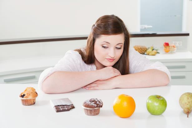 Karatayda uzak durulması gereken en önemli yiyecek ekmek, hamur işleri, şekerli gıdalar, işlenmiş gıdalardır. Vitamin açısından zengin olduğu bilinen meyveler Karatayda yasaklı olan yiyeceklerden. Çünkü meyvede meyve şekeri olan fruktoz bulunur ve bu fruktozun fazlası insülin direncine neden olmaktadır.
