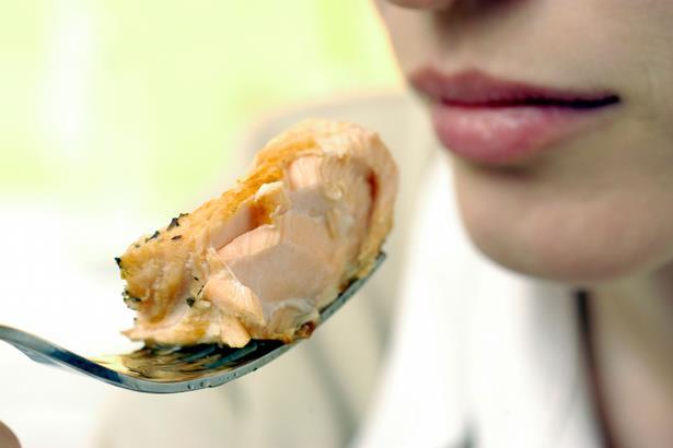 Yaşam tarzı olan Karatay diyeti bir haftalık örnek reçete olarak şu şekilde ayarlayabilirsiniz:  Pazartesi  Kahvaltıda tereyağında 2 adet yumurta, istediğiniz kadar tuzsuz siyah ya da yeşil zeytin, tuzsuz peynir, kuru meyvelerden bir avuç, şekersiz çay ya da form çayları, bir avuç ceviz.  Öğle yemeğinde haşlanmış kırmızı et, bol yeşillikli zeytinyağlı salata, zeytinyağlı herhangi bir sebze yemeği, tuz içermeyen ayran, yemekten sonra istenirse yeşil çay.  Akşam yemeğinde ızgara balık, mevsimine göre bulunan yeşillikler içeren bol salata.