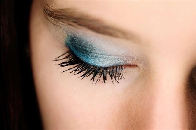 * Gözlerinize farı sürerken önce tüm göz kapağına bir aplikatör yardımıyla farı sürün. istediğiniz kısımlarda rengi azaltın, artırın. Göze gölge yapmak istiyorsanız bunu bir göz kalemi ile yapabilirsiniz. Uygulayacağınız ton, göz farından daha koyu olmalıdır. Yaptığınız bu çizgiyi bir pamuklu çubuk yardımıyla hafifçe yukarıya doğru dağıtın.