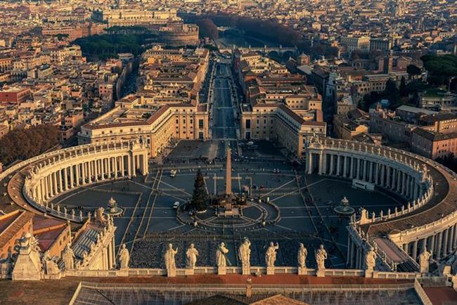 İtalya  Tarih, kültür ve mimari denilince gezginlerin tek geçeceği ülkelerden biridir İtalya. Her mevsim güzel olmasına karşılık sonbaharın, İtalya'nın romantik duruşuna daha bir yakıştığını söyleyenler de mevcut. Roma'yı, Floransa'yı ve Hıristiyanlığın göz bebeği Vatikan'ı gezmek ve Akdeniz'in en leziz tatlarına doymak için yerinizi hemen şimdi ayırtabilirsiniz!