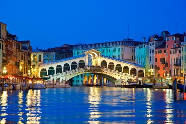 Bonus: Venedik  İtalya'yı görmeniz için tek başına yeterli bir sebep oluşturabilir. Her sokağı romantizm kokan, aşk dolu bir şehir Venedik. Sevgilinizin elinden tutup unutamayacağınız anılar yaşamak için sonbahardan daha uygun bir mevsim de bulamazsınız, bizden söylemesi!
