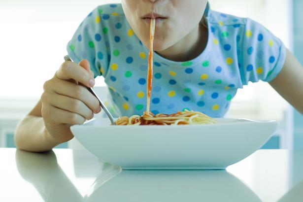 """Makarna  Nasıl ki arabalar benzinle çalışıyorsa vücudumuz da karbonhidratları yakıt olarak kullanıyor. Yani karbonhidratlar sayesinde enerji depoluyoruz.  Makarna gibi zengin karbonhidrat kaynağı olan pilav, erişte, ekmek ve bulgur yiyebilirsiniz. """"Pirinç mi? makarna mı?' konusunda uzmanlar genelde ikincisini öneriyorlar. Makarna pirince göre daha fazla kalori içeriyor. Buna karşılık protein açısından pirinçten daha zengin. Üstelik makarna kalsiyum ve magnezyum gibi vücuda enerji sağlayan mineraller de içeriyor. Pirinçte demir bulunmazken makarnada ise porsiyon başına 1 mg. demir düşüyor."""