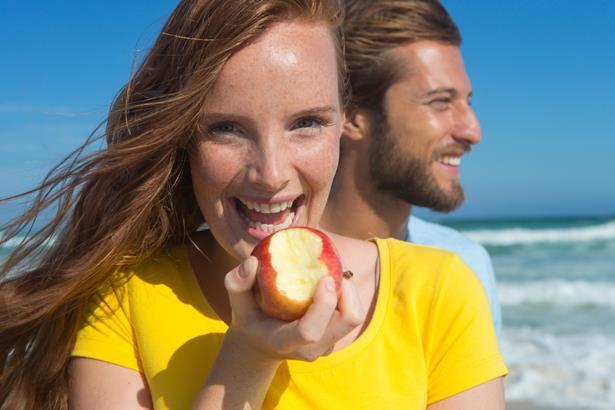 """Elma  """"Elma giren eve doktor girmez"""" diyor uzmanlar. Her gün 1 elma yemek bağışıklık sistemini güçlendirerek hastalıklardan koruyor. Özellikle az sebze yiyenlerin hastalanmamak için her gün düzenli olarak 1 elma yemeleri gerekiyor. Kabuğundaki pektin maddesi sayesinde kalbi koruyor, tansiyon ve kolesterolü düşürüyor. İçeriğindeki A vitamini cildi serbest radikallerden koruyarak, yaşlanmayı önlüyor ve gözlere iyi geliyor. Elmada ayrıca C vitamini ve mineraller de bulunuyor. İçeriğinde bulunan bir madde ishali de önlüyor. İngiliz araştırmacılara göre her gün 1 elma, kalp hastalıklarının yanı sıra solunum yolları hastalıklarına karşı vücudu koruyor."""