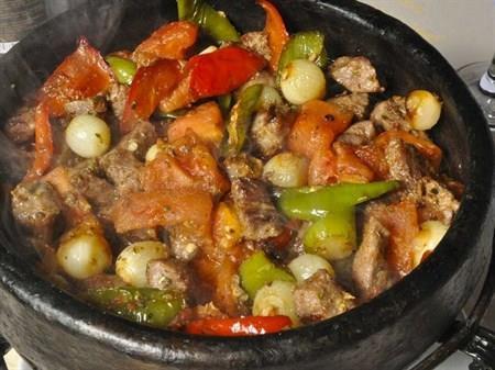 Çoban Kavurma  Malzemeler:  800 gr iri parçalı kuzu eti, 15-20 arpacık soğan, 5-6 diş sarımsak, 1 yeşil dolmalık biber, 1 kırmızı dolmalık biber, 3 domates, 1 -2 dal taze kekik, 2 çorba kaşığı sıvıyağ, tuz, karabiber, kırmızı tozbiber,  2 kırmızı biber  Hazırlanışı:  Soğanları soyun. Domateslerin kabuklarını soyup küp şeklinde doğrayın. Sarımsakları temizleyip kıyın. Dolmalık biberleri temizleyip iri zar şeklinde doğrayın. Kırmızı biberleri doğrayın. Sıvıyağını geniş bir tencerede ısıtıp etleri 5-6 dakika kavurun. Sırasıyla; soğan,sarımsak, biber ve domatesleri ilave ederek kavurmaya devam edin. 1 çay bardağı sıcak su, tuz ve baharatı ekleyip kısık ateşte yaklaşık 15 dakika pişirin.Sıcak servis yapın.