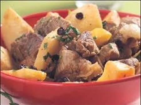 Patatesli Kuzu Kavurma  Malzemeler:  1 Yemek Kaşığı margarin, 3 Çorba Kaşığı kuru üzüm, 400 gr kuzu eti, 4 Çorba Kaşığı nar ekşisi, 4 Adet patates, 1 Tutam karabiber, 1 Tutam tuz  Hazırlanışı:  Öncelikle kuzu etlerini kuşbaşı doğrayın ve tencereye koyup suyunu bırakıp çekinceye kadar pişirin. Üzerine yağı ve doğranmış, patatesleri koyup kavurmayı başlayın. Üzerine kuru üzüm ve bir miktar sıcak su koyup kapağını kapatın, 15 dakika kadar pişirin. Servis yapmadan önce nar ekşisini, tuzu ve karabiberi de koyup 5 dakika pişirin, sıcak sıcak ikram edin.
