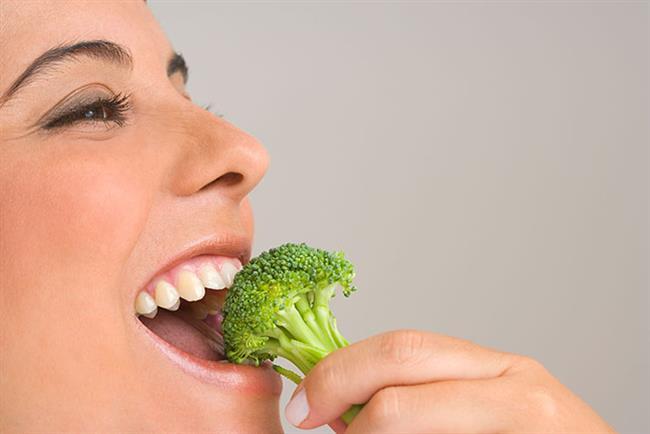 BROKOLİ: C vitamini, betakaroten, lif ve kalsiyum açısından çok zengin. Kansere karşı koruyucu maddeler içerir. Özellikle bağırsak, mesane, meme kanserlerinden korur. Brokoli çoğu içerik maddesini ancak çiğ yendiğinde barındırıyor. Ancak haftada 2'den fazla çiğ brokoli tüketmeyin çünkü tiroit yetmezliği oluşabilir.