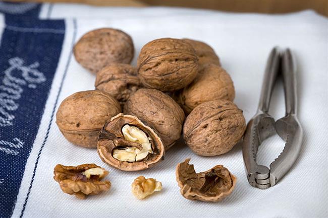 CEVİZ: Omega 3 yağ asitleri içerdiği için kanserden korur. Ayrıca kalp damar hastalıklarına da iyi gelir. Günde 1 avuç ceviz yiyin.