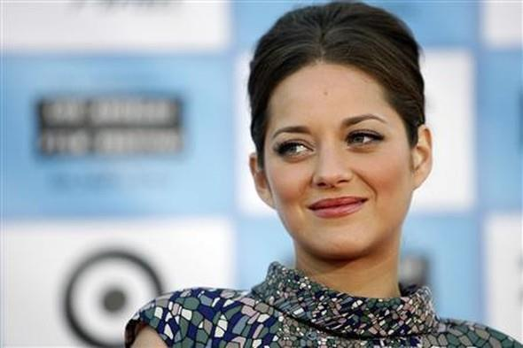 ABD'li yıldız Angelina Jolie, kendisi gibi oyuncu olan eşi Brad Pitt'ten boşanıyor. Çiftin boşanmasına, Fransız aktris Marion Cotillard'ın sebep olduğu öne sürülüyor.