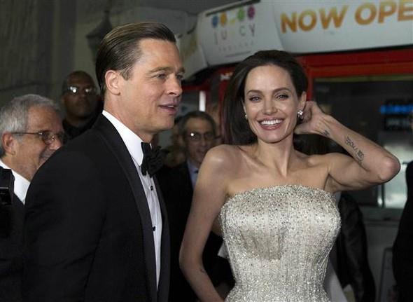 """New York Post'un haberine göre, aldatıldığından şüphelenen Jolie, Pitt'i """"Allied"""" filminin setinde takip etmesi için özel dedektif dahi tuttu. Gazeteye konuşan bir kaynak, """"Brad'in sette Marion ile takıldığından şüpheleniyordu. Ve öyle de olduğu anlaşıldı. Bu da bardağı taşıran son damla oldu"""" dedi."""