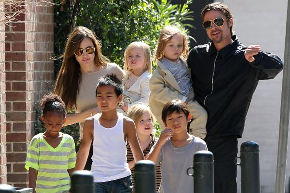 Jolie-Pitt çiftinin üçü biyolojik, üçü de evlatlık olmak üzere altı çocuğu bulunuyor. Boşanma davası açan Jolie'nin altı çocuğunun velayetini istediği öğrenildi.