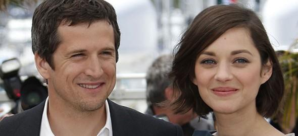 """Fransız aktrisin Paris'teki ailesine yakın bir kaynak ise Daily Mail gazetesine yaptığı açıklamada, Jolie-Pitt çiftinin boşanmasına neden olduğu sürülen Cotillard'ın 43 yaşındaki aktör Guillaume Canet ile ilişkisinin sürdüğünü söyledi. Kaynak, """"Bunlar Marion'ın duymak istemediği iddialar. Guillaume'u Brad ile aldattığına dair iddialar onu kesinlikle yıkacaktır"""" dedi."""