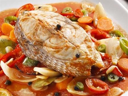 Fırında Palamut Pilakisi  Malzemeler:  1 adet palamut, 1 adet soğan, 1'er adet limon ve domates, 2 adet defne yaprağı, yeteri kadar ayçicek yağı, yeteri miktarda tuz, yeteri kadar karabiber ve su   Hazırlanışı:  Palamut balıkları ve kuru soğanı halka halka doğruyoruz. Fırın kabının altına soğanları diziyoruz. Üzerine palamut balığını koyuyoruz. Üzerine kabuğu soyulmuş iri doğranmış domates, defne yaprağı, tuzunu, yağını ve yeteri kadar suyunu koyup, en son üzerine limon dilimlerini diziyoruz. 180 derecelik ısıtılmış fırında 25 dakika pişiriyoruz. Soğuk ya da ılık servis edilebilir. Üzerine ince doğranmış maydanoz serpilebilir.