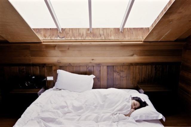 Odanıza gün doğsun:   Sonbahar depresyonunun belirtilerinden biri sabahları uyanmada yaşanan zorluktur. Kişi yeterinde uyumuş olsa bile yataktan kalkmak istemez. Yatak odasında zaman ayarlı aydınlatma sistemi kurmak ve alarm çalmadan yarım saat önce suni de olsa yatakta gün doğumunu hissetmek uyanmayı kolaylaştırır.