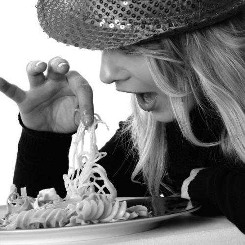 KALBİN AÇ  Duygusal yemek yeme, en çok 'Kalbimiz Aç' olduğunda ortaya çıkmaktadır. Kızgınlık, öfke, yalnızlık, güvensizlik, suçluluk, kıskançlık, kaygı, hayal kırıklığı, üzüntü, sıkıntı, sevgi boşluğu duygusal yemek yemeği tetikler. Duyguların yerini yemekle doldurmak, kilo alma sürecini başlatacaktır.   Mutsuz Hisseden Kişi Kilo Alır  Bastırılmış üzüntü fark edilip, başa çıkılmadığı sürece, binge eating olarak adlandırdığımız tıkınırcasına yemek yeme sendromuna yol açabilir. Depresyon yüzünden yiyen kişiler, genellikle süt ürünlerine yönelirler (dondurma, çikolata, peynir gibi). Çünkü süt ürünleri kimyasal yapıları nedeniyle antidepresan ilaçlarla aynı nörolojik etkiyi yaparlar.