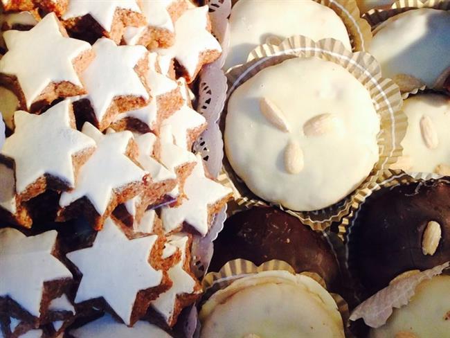 Pekmezli Tarçınlı Kurabiye  Malzemeler:  1 Çay Bardağı Pekmez  1 Çay Bardağı Esmer Şeker  125 Gram Tereyağı  1 Tatlı Kaşığı Karbonat  2 Çorba Kaşığı Su  1 Tatlı Kaşığı Tarçın  1 Tatlı Kaşığı Toz Zencefil  Alabildiği Kadar Un  1 Çorba Kaşığı Kakao  Yapılışı:  Esmer şeker, kakao, tereyağı, pekmez, tarçın, zencefili bir kaseye koyun. Karbonatı suyla ezin onu da kaseye ekleyin ve alabildiği kadar (6 yemek kaşıgı kadar) unla yoğurun. İçine damla çikolatayı da ekleyin ve yoğurmaya devam edin. Kulak memesi kıvamından biraz daha yumuşak olmalı. Ceviz büyüklüğünde parçalar koparın ve yağlı kağıt koyduğunuz fırın tepsisine aralıklarla dizin. 180 derecelik fırında kurabiyeler çatlayana kadar pişirin. Afiyet olsun…