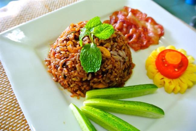 Tarçınlı Kestaneli Pilav  Malzemeler:  2,5 su bardağı pirinç  1 soğan  1 adet kabuk tarçın  1 tatlı kaşığı tarçın  100 gram kuşbaşı et  100 gram kestane  3 çorba kaşığı tereyağı  Tuz  Karabiber   Yapılışı:  Tereyağını tencereye alıp eritin. Üzerine pirinçleri ekleyip rendelenmiş soğanla 5 dakika kadar kavurun. Üzerine rendelenmiş domatesleri küp doğranmış havucu ve sıcak suyu üzerine ekleyip kapağını kapatın ve 20 dakika pişirin. Diğer tarafta etleri çok küçük küpler halinde doğrayın ve kabukları soyulmuş haşlanmış kestaneleri tarçınları tereyağında 10 dakika kavurup pilavın içine ekleyip karıştırın. 15 dakika daha pişirin ve servis tabağına aktarın.