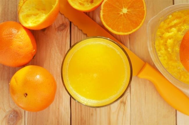 C Vitamini  C vitamini, cildin kollajen üretiminin harekete geçmesinde etkili. Böylelikle cilt yüzeyindeki yaralar da çabuk iyileşebiliyor. Ayrıca C vitamini kesin etkili bir serbest radikal avcısı. Cildi fazla güneş, sigara dumanı ya da olumsuz dış etkenlerden oluşan oksijen radikallerinin saldırılarından koruyor. C vitaminini en iyi şekilde almanın bir yolu da vitamin kremlerinin yanı sıra cildi vitamin zengini sebze ve meyvelerle desteklemekten geçiyor.