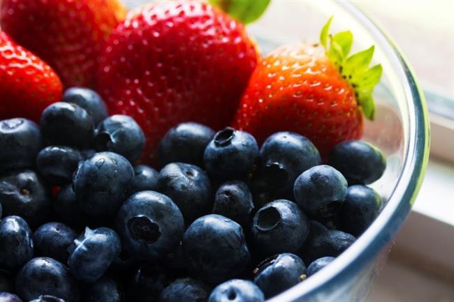 E Vitamini  E vitamini, gerçek bir serbest radikal avcısı olarak algılanıyor ve kremlerin içinde cildi dışarıdaki serbest radikallerden koruyor. Ve tabii ki erken yaşlanmadan... Serbest radikaller, normal oksijen alışverişleri sırasında oluşuyor. Araştırmalar, serbest radikallerin 40 yaşından itibaren üretimlerinin doruk noktasına ulaştıklarını gösteriyor.