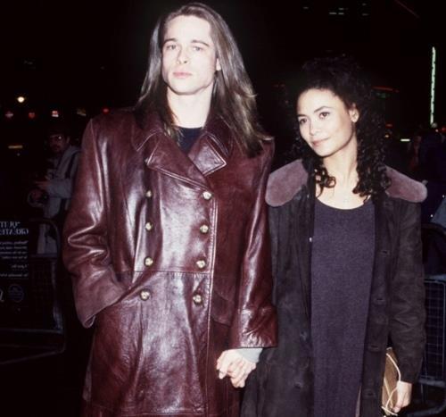 Yıl 1994 ve bir set aşkı daha... Thandie Newton ve Brad Pitt, Vampirle Görüşme filminin setinde tanışıp sonrasında bir sene kadar birlikte oldular.  Yakışıklı aktör, o zamanlar 22 yaşında olan Thandie ile dostça ayrılma kararı aldı. İkili, sonrasında da hep arkadaş kaldılar.
