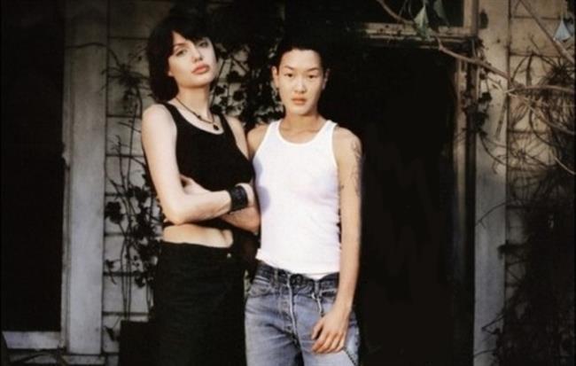 Angelina, 1996'da tanıştığı ve ilk görüşte aşık olduğu Jenny Shimizu ile olan ilişkisini uzun yıllar bir ayrı bir barışık yaşadı.  Biseksüel olduğunu korkusuzca açıklayan oyuncu, Foxfire filminde birlikte rol aldığı Jenny Shimizu ile Jonny Lee Miller ile evliliğinden önce aşk yaşamaya başladı.