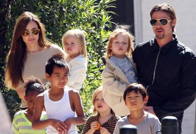 Geçirdikleri 10 yıllık beraberliklerinin ardından Angelina Jolie ve Brad Pitt, 2014'de dünya evine girdiler.  Dünyanın en gözde çifti kabul edilen Brangelina ikilisi için geçtiğimiz günlerde aşkın büyüsü bozuldu!   Bildiğiniz üzere Angelina, Brad'e boşanma davası açtı.   Ne diyelim, umarız ikisi de yeni hayatlarında mutlu olurlar.
