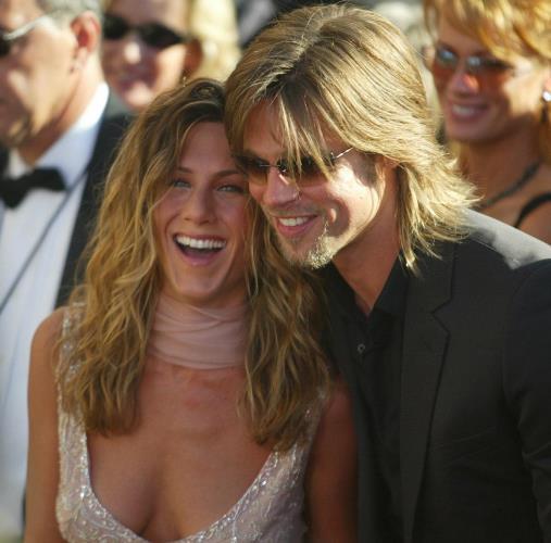 Angelina tüm bunları yaşarken Brad, Jennifer Anniston'la mutlu bir evlilik sürdürüyordu... Taa ki Angelina ile tanışana kadar...  1998 yılında menajerlerinin ayarladığı bir buluşma sırasında tanışıp sevgili olan Jennifer ve Brad ikilisi, Hollywood'un en gözde çiftiydi. 2000 yılında Brad, Jen'e evlilik teklif eder etmez soluğu Malibu'da alan çift, 1 milyon dolar harcadıkları muhteşem bir düğünle evlendiler. 2004 yılında Nicole Kidman'ın Mr. and Mrs. Smith filminden alınması ve yerine Angelina Jolie'nin getirilmesi bu ilişkinin sonunu hazırladı.