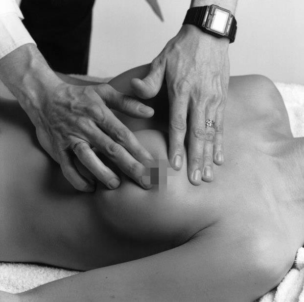 1- Memede Kitle Varlığı   Meme kanserinin en büyük sinyali; memede veya koltukaltında ele kitle gelmesi. Kanserli kitleler, diğer şişliklerden sert yapılı, düzensiz kenarlı ve pürtüklü yüzeyi ile ayırt edilebiliyor. Bunun için en etkili yöntem ise; yatağa uzanarak elle muayenenin gerçekleştirilmesi. Bir elinizi başınızın altına yerleştirin. Ardından öteki elinizin işaret ve orta parmağıyla diğer göğsünüze dokunun. Aynı işlemi diğer taraf için de yapın. Meme başından çevresine doğru dairesel hareketler uygulayın. Ardından koltukaltlarına da aynı işlemi tekrarlayın.