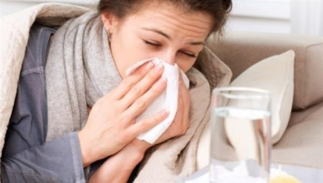 Soğukların kendini iyiden iyiye hissettirdiği kış mevsiminde soğuk algınlığı ve grip gibi üst solunum yolu hastalıklarının görülme oranı artar. Toplu alanlarda uzun süre geçirilen zaman nedeniyle de enfeksiyonların bulaşması maalesef tümüyle önlenemez. Ancak vücudumuzda enfeksiyona yol açan virüs, bakteri, mantar ile parazit gibi mikroorganizmaların zarar veren etkilerine karşı bizi koruyan bağışıklık sistemini güçlendirerek riski en aza indirmek mümkün olabilir. Bunun en önemli yolu ise bağışıklık sistemini güçlendiren besinleri soframızdan eksik etmemek.   Acıbadem Ataşehir Cerrahi Tıp Merkezi Beslenme ve Diyet Uzmanı Oya Yüksek, bağışıklık sistemimizi güçlendiren besinleri anlattı.