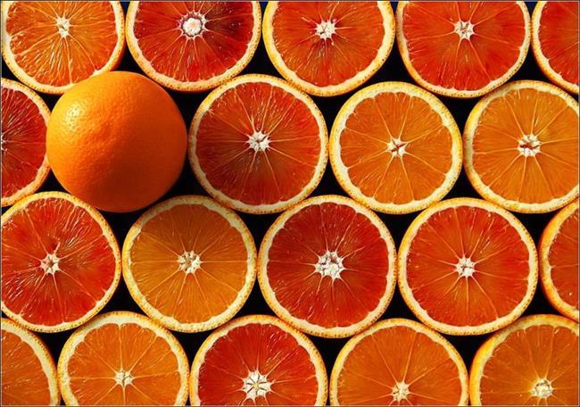 Portakal  C ve A vitamini vücutta hücreleri koruyucu özelliğe sahip antioksidan vitaminler arasında yer alır. Portakal da içerdiği C ve A vitaminleri sayesinde kışın bağışıklık sistemini destekleyen en önemli besinlerden biri. Ayrıca kan şekerini hızlı yükseltmek gibi olumsuz bir etki de oluşturmaz. Reflü sorununuz yoksa günde 2 adet portakalı rahatlıkla yiyebilirsiniz. Ancak portakal suyu yerine portakalın kendisini tüketmeye özen gösterin. Bu hem lif, hem de şeker alımı açısından daha sağlıklı bir tercih.