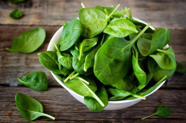 Ispanak  Ispanak, içerdiği A ile C vitaminiyle güçlü bir antioksidan grubunda yer alır. Bu vitaminler sayesinde hücrelerimizi korur ve bağışıklık sistemimizin zayıflamasını önler. Özellikle C vitamini, A vitamininin kullanımını artırır. Güçlü bir bağışıklık sistemi için haftada 2 kez ıspanak yemeye özen gösterin. Ancak A vitamininin etkili olabilmesi için ıspanağı haşlayarak değil, içine yağ katılarak yapılmış sebze yemeği olarak tüketin. Çünkü A vitaminin kullanımı için yağ şart!