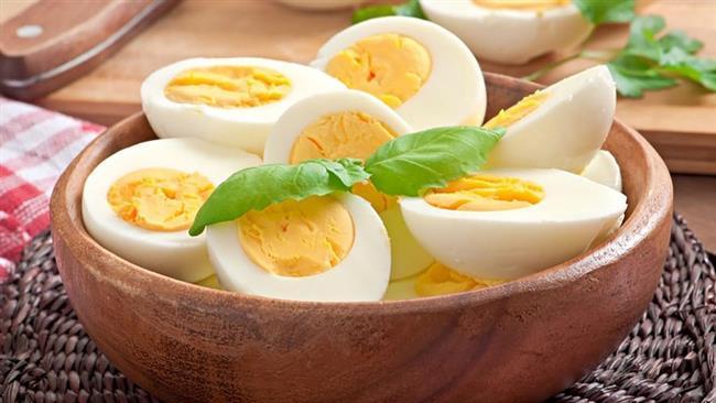 Yumurta  Bağışıklık sisteminde görev yapan hücrelerin çoğalması ve yenilenmesi için proteine ihtiyaç var. Yetersiz protein alındığında doku yıkımı başladığı için bağışıklık sistemi de zayıflamaya başlar. Yumurta beyazı ise protein açısından oldukça zengin bir besin. Sarısı ise hem demir hem de yine iyi bir antioksidan olan A vitamini içerir. Yumurtayı haftada 4 kez tüketebilirsiniz.  Yumurtanın beyazı ayrı sarısı ayrı besleyici