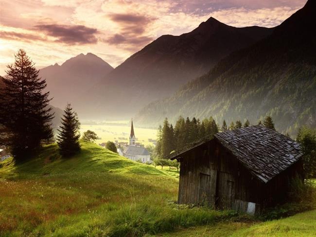 """Bond, Swarovski kristalleri, yeni kayak yerleri ve oteller: Tirol  1895 yılında kurulan Swarovski kristal şirketi, 1988 yılına kadar kullandığı logosunda Tirol çiçeğinden esinlenmiştir. Aynı zamanda James Bond'un son filmi """"Spectre"""" burada geçmiştir. Birçok oteli ve kayak merkezini içerisinde barındıran Tirol, sanat alanında da kendisini geliştirmiş ve geliştirmeye devam etmektedir."""