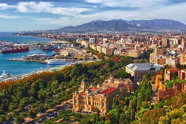Doğa güzelliği dışında şimdi bir de kültür başkenti: Málaga  Turistik sahilleri, popüler plajlarıyla Endülüs bölgesinin bir parçası olan Malaga. Picasso'nun doğduğu yer. Ayrıca ailesi tarafından eserlerinin bağışlandığı ve adını taşıyan müzenin ev sahibi. Malaga'da 3 büyük müzeyi görebilirsiniz: Carmen Thyssen Müzes, St Petersburg Eyaleti Rus Müzesi, Entrepompidou.