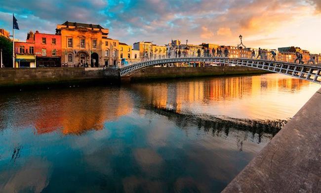 Tarih kokan şık bir şehir: Dublin  Dublin, yılda dört milyonun üzerinde ziyaretçisiyle,Paris ve Londra'dan sonra Avrupa'da en çok ziyaret edilen başkenttir. İrlanda Ulusal Basım Müzesi, Modern Sanat Müzesi, Ulusal Galerisi, Ulusal Kütüphanesi ve Ulusal Müzesi'nin üç merkezi; ayrıca Hugh Lane Belediye Galerisi ve Chester Beatty Kütüphanesi Dublin'de bulunmaktadır.