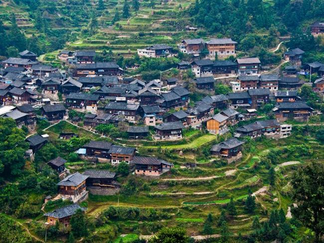 Otantik Çin tepe kabileleri: Guizhou  Guizhou eyaleti Çin'in uzun yıllar boyunca en az erişilebilir bölgelerinden biri olmuştur. Bu nedenle etnik azınlığın yaşadığı Miao ve Dong dağlarındaki köylülerin telaşsız yaşamı ve otantik hissiyatı Lijiang ile kıyaslandığında Çin'in bu azınlık merkezi yılda 20 milyon ziyaretçiyi kendisine çekiyor.