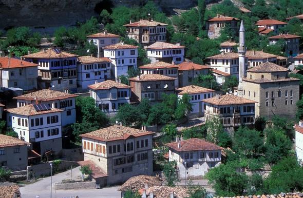 Safranbolu:   Safranbolu, Türkiye'nin gözde turistlik mekânlarından biridir. Köy evleri, köy kahvaltısı ve tarihi mekânlarıyla Safranbolu'yu geçtiğimiz kurban bayramında yerli ve yabancı 60 bin turist ziyaret etti.