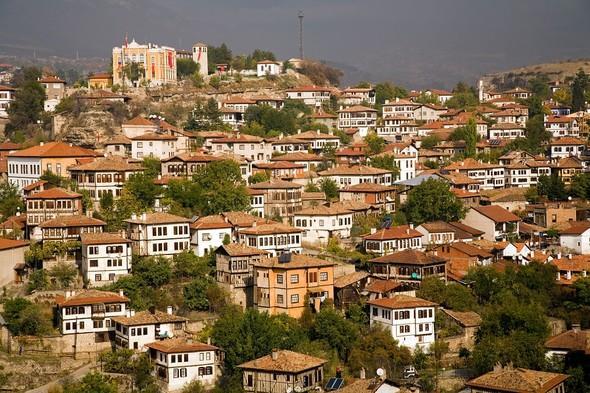 Sonbaharda gidilecek en iyi yerler arasında ön sıralarda yer alan Safranbolu, sizi bir dizi setinde hissettirecek. Aynı zamanda Safranbolu, 1994 yılında UNESCO Dünya Miras Listesi'ne alındı.
