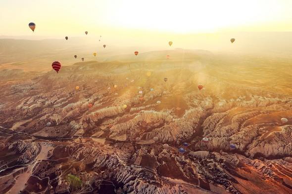 Kapadokya:   60 milyon yıl önce volkanik dağların lav püskürtmesi sonucu oluşan bu mükemmel doğa harikası sonbaharda gezilebilecek yerler arasında en çok tercih edilenler arasında yer alıyor. Peribacalarının büyüsü ve balon turunun mucizevi manzarası insanı sarhoş edecek derece etkiliyor.