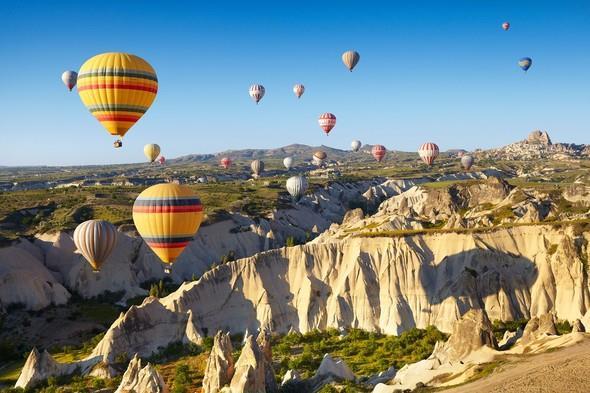 """Her yıl dünyanın dört bir yanından gelen yüz binlerce ziyaretçinin yanı sıra ülkemizde de büyük ilgi görüyor. Bu cennet şehir Nevşehir'de de konaklamak için çok sayıda otel ve pansiyon yer alıyor.  <a href=  http://foto.mahmure.com/yasam/ekim-ayinda-gidilebilecek-en-guzel-yerler_41094#fotograf style=""""color:red; font:bold 11pt arial; text-decoration:none;""""  target=""""_blank""""> Ekim Ayında Gidilebilecek En Güzel Yerler İçin Tıklayınız!"""