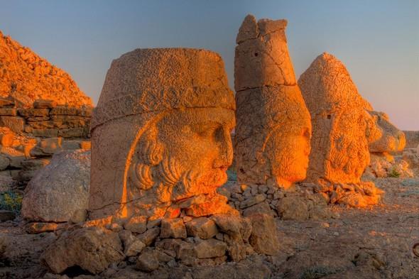 Nemrut Dağı:   Türkiye'nin en bilinen yüksek dağlarından biri olan Nemrut Dağı Adıyaman'da bulunmakla birlikte deniz seviyesinin 2.150 m yükseğindedir. Gündoğumu ve günbatımının mükemmel manzarası karşısında büyülenmemek mümkün değil.