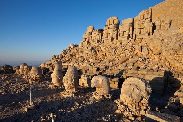 Yarı pasif yanardağ olarak bilinen Nemrut Dağı'nın efsanevi hikâyeleri ziyaret etmeden önce okunmalı ki gidildiğinde daha anlamlı bir gezi olabilsin. Nemrut Dağı aynı zamanda UNESCO Dünya Kültür Mirasları arasında yer almaktadır.