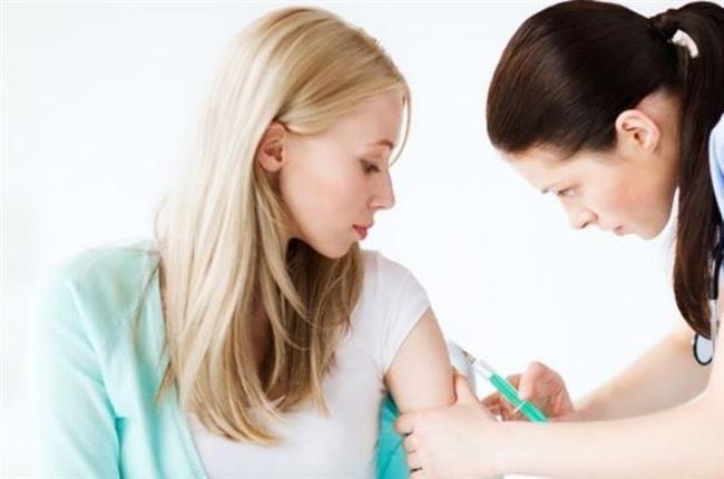 Aşı tekrar edilmeli mi?  Grip aşısında tek doz yeterli oluyor. Daha önce hiç grip aşısı yaptırmamış olan 8 yaşından küçük çocuklarda ise aradan en az 4 hafta geçtikten sonra ikinci doz aşılama yapılması gerekiyor. Grip aşısının her yıl tekrarlanması gerekiyor. Bunun nedeni ise, virüslerin her yıl kendilerini değiştirdikleri için, bir önceki yılın aşısının sonraki yıl koruyucu özelliğini yitirmesi. Genellikle 2 -3 hafta sonra etkili olmaya başlayan grip aşısının koruyuculuk süresi de 6 - 12 ay sürüyor. Aşının koruyuculuğu ise karşılaşılan virüsle aşının içerdiği antijenik yapının uyumuyla ilişkili. Aşıdaki antijenler virüsle ne kadar uyumluysa, korumanın da o kadar iyi sağlandığını belirtiyor.