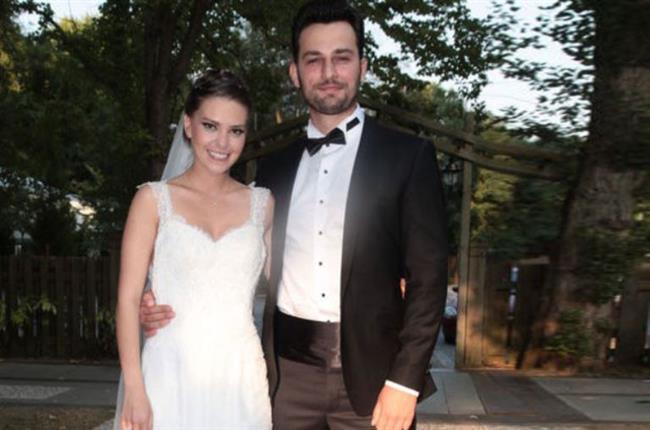 Aslı Enver ve Birkan Sokullu  2015'in en şaşırtıcı ayrılıklarından biri Aslı Enver ve Birkan Sokullu'nunkiydi. Muhteşem bir düğünle evlenen çift, anlaşmalı olarak boşandı.