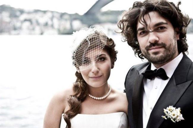 Şebnem Bozoklu ve Emre İzer  Bodrum'da genç bir erkekle yakalanan Şebnem Bozoklu eşi Emre İzer'den boşandı.