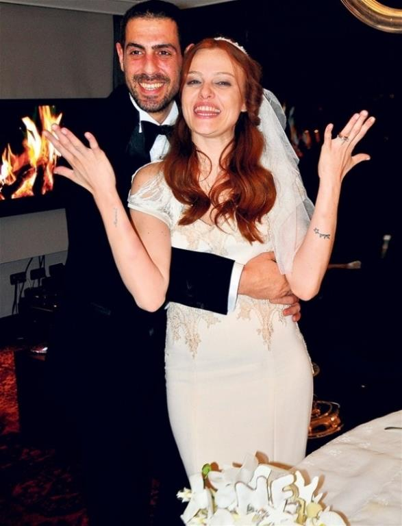 Naz Elmas ve Emre Kıramer  6 ay aşk yaşadıktan sonra birlikteliklerini hızlı bir evlilikle taçlandıran Naz Elmas ve Emre Kıramer çifti sürpriz bir kararla boşandı.